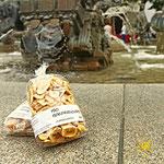 Wochenmarkt in Friedrichshafen - Ingwer und Trockenfrüchte - Bananenchips