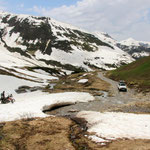 Das erste Schneefeld am Pass. Hier kamen wir noch durch, aber ganz oben versperrte uns 1 m tiefer, nasser Schnee den Pass und usere geplante Rundtour.