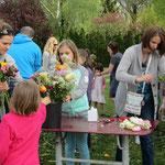 Les enfants choissent les fleurs et laissent libre cours à leur créativité !