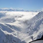 im Hintergrund die Walliseralpen, mittig das Matterhorn