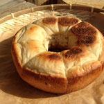 なべ焼き。粉・きび砂糖・自然塩・パン酵母のシンプルな生地をフライパンで焼いたら外は香ばしく中はもちもちやわらかに。