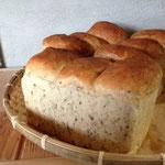 山型食パン(黒ごま) 粉・きび砂糖・自然塩・パン酵母のみ。塩は控えめ。