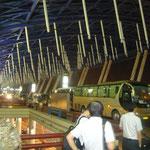 天候不順の為なのか・・・でも上海発も同じ航空会社なので・・・。 残念ながら、上海につくと飛行機はもう出た後でした
