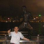 没後40周年の《ブルースリー》の銅像の前で