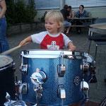 Früh übt sich, wer Schlagzeuger werden will :-)