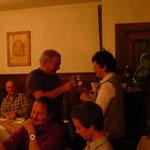 Nicole Schmid gratuliert Ueli Jordi zur Ernennung zum Kantonalen Ehrenveteranen