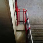 Escalera en gris y rojo 2008 || Óleo sobre tabla, 100X115 cm.