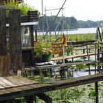 an den Fischerhütten vorbeigehen