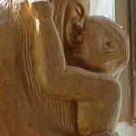 Mutter und Kind. Holzskulptur von Gunter Schmidt-Riedig. Foto: © Jennifer Peppler