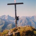 Am Höfatsgipfel (Mein Ruckack am Kreuz)