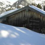 Tief eingeschneite Alpe