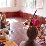 pendant une séance de Yoga de la Voix