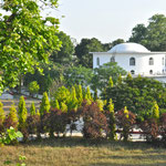vue sur la bibliothèque et le dôme Om Savitri