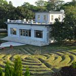 le labyrinthe et le Hall de Yoga