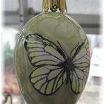 Keramikei mit handgedrucktem und coloriertem Schmetterling