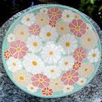 Pastellblütenschale, allover mit Blüten glasurbemalt, auch auf der Unterseite