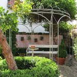 Pavillon mit Baumketten