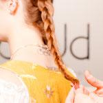 Den Zopf mit einem besonders feinen Haargummi zusammenbinden.
