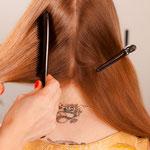 Haare kämmen und einen durchgehenden Mittelscheitel ziehen.