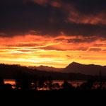 Sonnenaufgang über dem Sempachersee mit der Rigi.