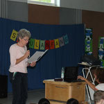Frau Dornhöfer liest die Geschichte vom Rabe Socken vor.