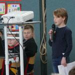 """Julius aus der ABC-Klasse suchte einen Freiwilligen für das Spiel """"Die Burg""""."""