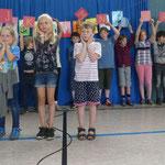 Die Kinder der Füchse- und ABC-Klasse sprachen den Anlautrap und 3 Kinder machten dazu die passenden Gebärden.