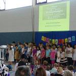 Der Chor begrüßte die 46 Erstklässler mit einem Lied.
