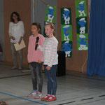 Amy und Marie von den schlauen Füchsen tragen ihr selbstgeschriebenes Gedicht vor.