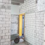 Hier kommt man von dem Vorraum der Jungenentoilette durch einen Durchbruch in die Mädchentoilette.
