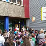 Alle Kinder und Erwachsenen trafen sich auf dem Schulhof zur Siegerehrung.