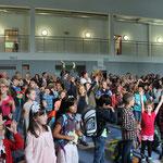 Alle singen zusammen die Schulhymne.