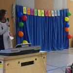Frau Reeh begrüßt die neuen Erstklässler.