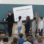 Die Kinderparlamentsvertreter bekamen stellvertretend für die ganze Schule ...