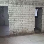 Das ist ein Foto von der Mädchentoilette aus Richtung Erwachsenentoiletten. Man könnte jetzt einfach durch den Durchbruch gehen.