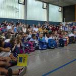 Leider konnten wegen Platzmangel nur die Paten der Einser und die Chorkinder mit den Klassenlehrerinnen an der Feier teilnehmen.