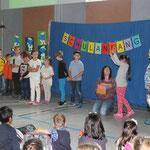 Die Bunte Klasse sagt ein ABC-Gedicht auf.