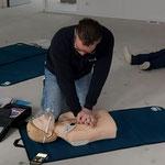 Start reanimatie 30 uitwendige hartmassage 100 tot 120 per minuut. Diepte 5 tot 6 cm.