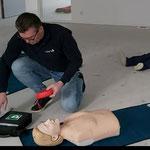 Geen ademhaling haal AED. Zet hem aan. Volg de instructies volgens AED. Ontbloot borstkas en plaats elektroden zoals afgebeeld.
