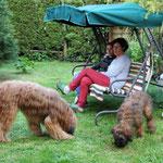 bei Anselm im Garten: Anja & Katrin mit Andras & Gatsby