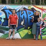 Bild: v.l.n.r. Nicole Schusser-Schindler (2. Vorstand), Josef Reisner (1. Vorstand), Maria Hertrich, Sven Münster (stv. Abteilungsleiter Tennis)