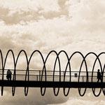 """2018-02-07 - """"Slinky Springs To Fame (7-138922) B+W"""" - Begehbare Brückenskulptur des Künstlers Tobias Rehberger im Kaisergarten Oberhausen - Copyright by Franz Walter"""