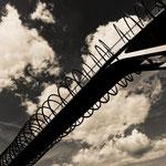 """2018-02-09 - """"Slinky Springs To Fame (7-141022) B+W"""" - Begehbare Brückenskulptur des Künstlers Tobias Rehberger im Kaisergarten Oberhausen - Copyright by Franz Walter"""