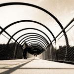 """2018-02-06 - """"Slinky Springs To Fame (7-140452) B+W"""" - Begehbare Brückenskulptur des Künstlers Tobias Rehberger im Kaisergarten Oberhausen - Copyright by Franz Walter"""