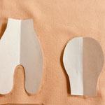 Eine Schablone nach dem Schnittmuster herstellen und auf den Stoff( Puppentrikot, doppeltgelegt) übertragen...