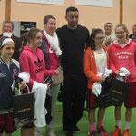 Camille Eléka avec les joueuses de l'USOM les vainqueurs en U13F en finale face à Douvres.