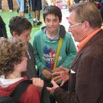 Alain ADAM informe les jeunes U13M de Caen-Sud qu'ils seront récompensés par le CDOS pour leur courage d'être venus disputer la finale sans coach.