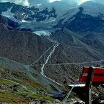 Blick über die Kreuzboden-Bergstation auf die NW-Eisflanke der 4023 m hohen WeissmiesWeissmies