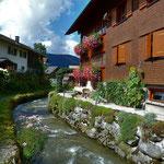 Spazierweg entlang des  munteren Bachs, gepflegter Häuser und Gärten