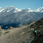 Am Rueckweg zum Schwarzsee und zur Bergstation. Mischabelkamm im Hintergrund.